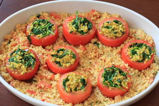 Gefuellte-Tomaten-auf-Hirsebett