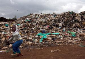 Ein junges Mädchen auf einer Müllhalde in Kibera, Nairobi.