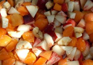Kleingeschnittene Pfirsiche, Nektarinen, Aprikosen und Bananen - die Füllung