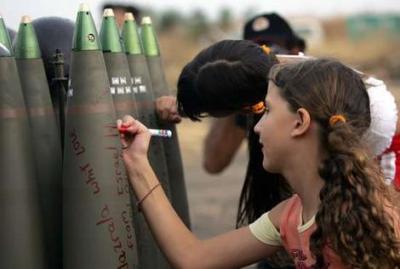 Mädchen von Kiryat Shmona beschreiben Geschosse, die für den Beschuß des Libanon bestimmt sind