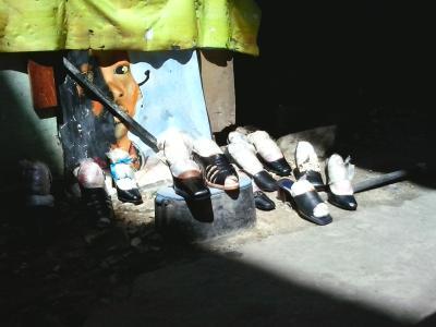 Schuhe am Kijiweni, März 2013.