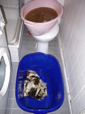 Nach dem Waschen dreckige Bruehe