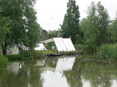 Unser Lager, quer über den Teich gesehen