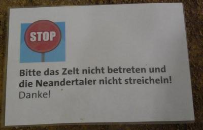 Schild mit der Aufschrift Bitte das Zelt nicht betreten und die Neandertaler nicht streicheln! Danke