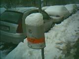 schnee auf müllkübel