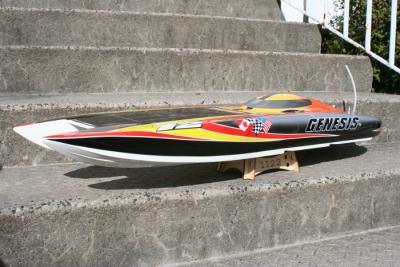 Hier eines der schnellen RC Modellbauboote