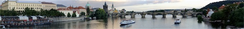 Prag: Moldauufer mit Karlsbrücke im Abendlicht