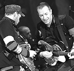 Coldplay: Jonny Buckland - Will Champion - Chris Martin.