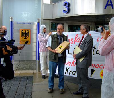 Die-Uebergabe-der-4000-Unterschriften-vor-dem-Ministerium-in-Berlin