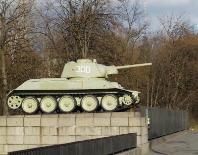 Sowjetisches_Ehrenmal_-Berlin-Tiergarten-_Panzer