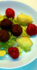 Falafel mit grünem Salat, Avocado und Peppersweet Kirschpaprika