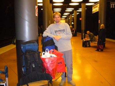Rene mit Gepäck am Bahnhof Arlanda