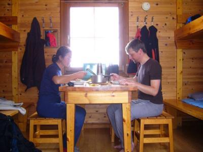 Gemütliches Essen in einer der Teusajaure-Hütten