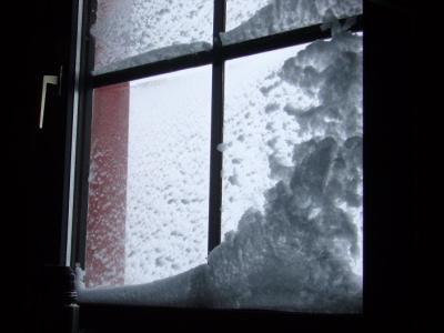 Blick zum Fenster nach einer stürmischen, kalten Nacht