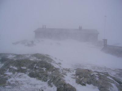 Die knapp 30 Meter entfernte Hütte bei Schlechtwetter