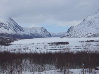Der zugefrorene Kaitumjaure erstreckt sich vor uns