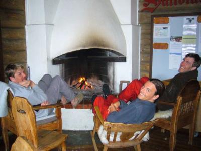 Till, Guido und Rene beim gemütlichen Kamin in Saltoluokta