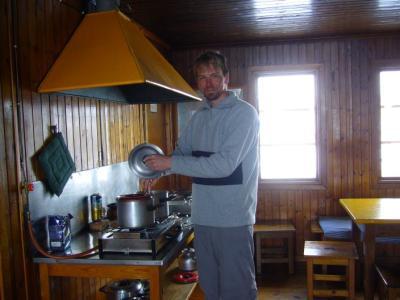 Wir genießen das Kochen in der verwaisten Kaitumjaure-Hütte