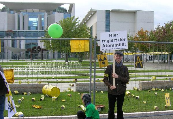 """Blick auf Bundeskanzleramt in Berlin am 18.09.2010 bei der Anti-Atom-Demo. Zu sehen sind Atomfässer und ein Plakat """"Hier regiert der Atommüll! - Wer zuletzt strahlt, strahlt am längsten!"""""""