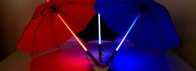 Regenschirme mit Leuchtgriff wie aus dem SF-Klultfilm Blade Runner