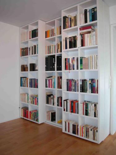 Viel Raum für viele Bücher. Vorderteile lassen sich verschieben, dahinter ist noch mehr Platz.