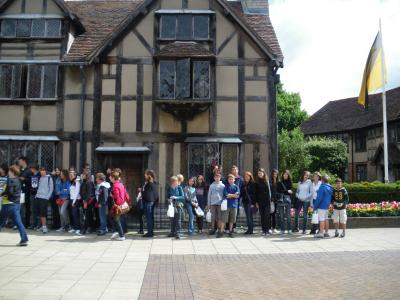 group picture in front of Shakespear's birthplace