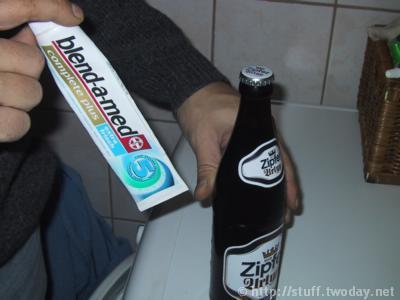 Zahnpastatube_Ansatz