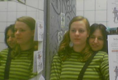 puschel und häschen vorfreudig im spiegel am wuk-mädchenklo