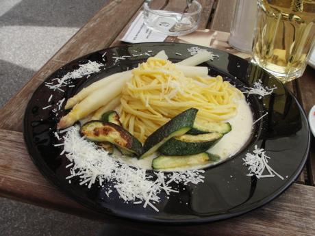 Hausgemachte Pasta mit Spargel und Zucchini