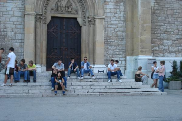 Kinder benützen die Stufen der Kathedrale
