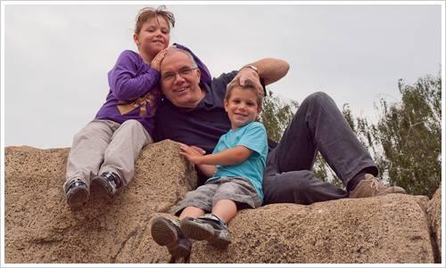 Drei Personen auf einem Stein
