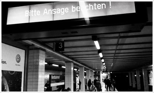 """Zuganzeiger mit Text """"Bitte Ansage beachten"""" in Berliner S-bahnhof"""