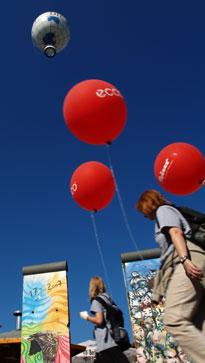 Kleine Ballons vor großem Ballon