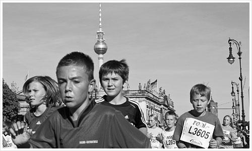 """Die Läufer des Bambinimarathon auf der Zielgeraden """"Unter den Linden"""""""