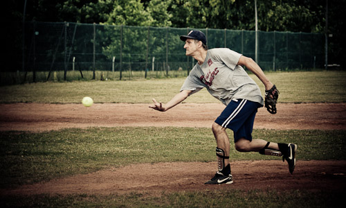 Ein Mann wirft einen Baseball