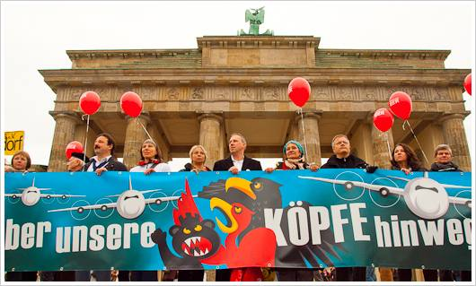 Demonstranten mit Transparent vor dem Brandenburger Tor