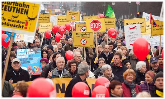 Demonstration gegen den Flughafen Schönefeld in Berlin