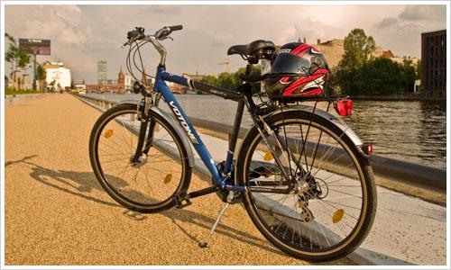 Fahrrad mit Motorradhelm