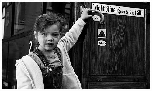 Denise vor altem Reichsbahnwagen