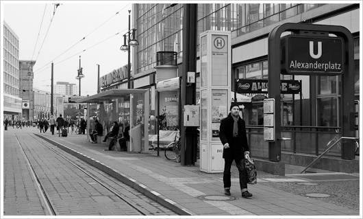 Straßenszene mit Straßenbahnhaltestelle und U-Bahneingang in Berlin