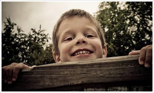 Ein Junge schaut über den Rand eines Spielgerätes