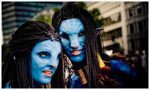 """Zwei Menschen als Na'vi aus """"Avatar"""" verkleidet"""