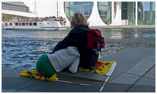 Nach der Demonstration am Ufer der Spree