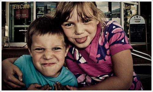 Junge und Mädchen machen faxen für die Kamera