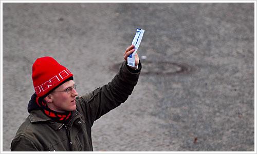 Ein Mann hält ein Ticket in die Luft