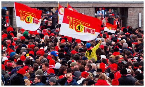 Fans von Union Berlin vor dem Eingang des Olympiastadions