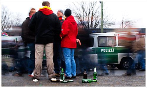 Ein Personengruppe mit Flaschen im Vordergrund
