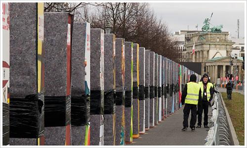 Die Dominosteine stehen in Richtung Brandenburger Tor