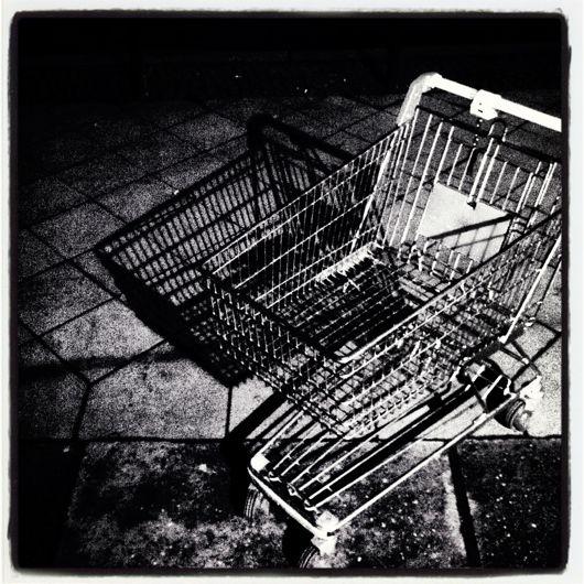 Einkaufswagen mit seinem Schatten