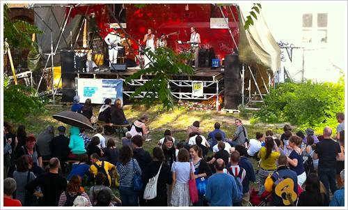 Eine Band auf der Bühne mit Publikum